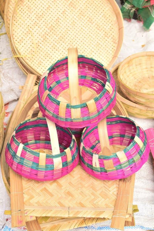 Bambus zrobił rzemiosłu wystawiającemu w bangladeskim lokalnym jarmarku obrazy stock