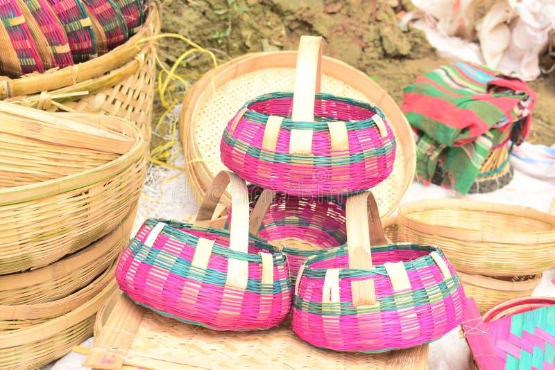 Bambus zrobi? koszowi wystawiaj?cemu w bangladeskim lokalnym jarmarku zdjęcie royalty free