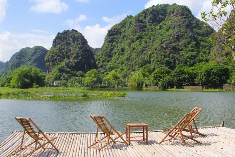 Bambusa taras przewodniczy widoku krasu jeziorne góry, Ninh Binh, Wietnam obrazy stock