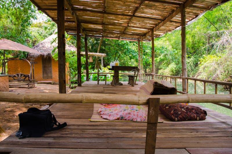 Bambusa taras rzeką dla rodzinnego wakacje fotografia stock