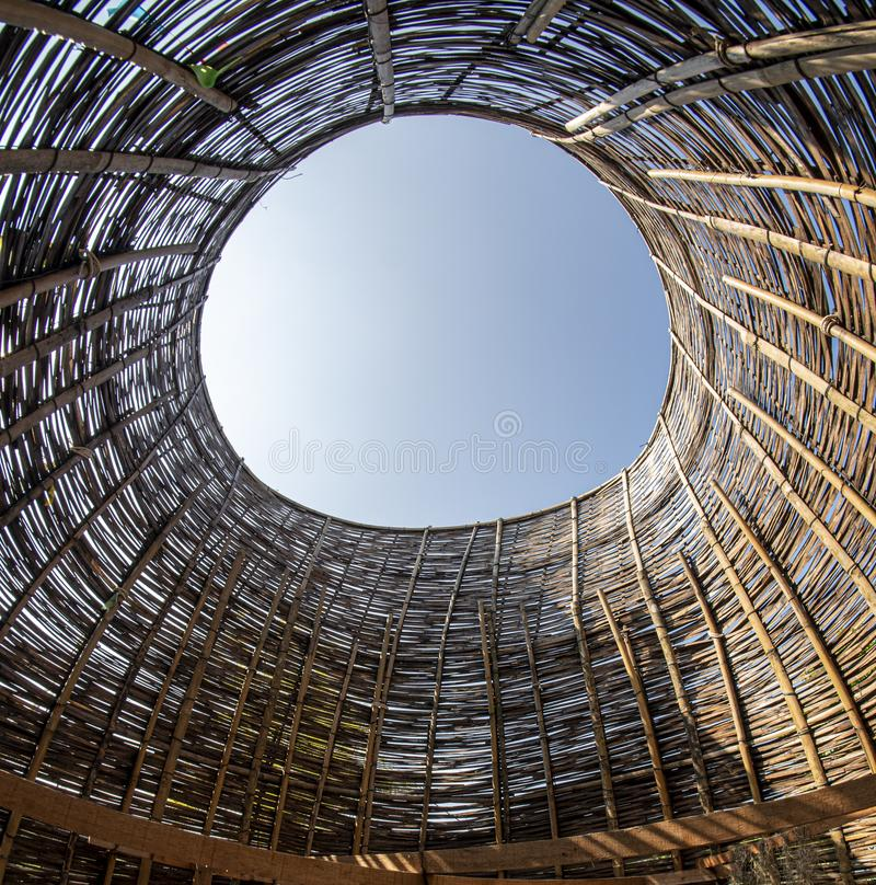 Bambusbögen, die auf großen Hühnern beruhen Bambusarchitekturhandwerkkünste, hölzerne machende Webart, Sonnenschutz lizenzfreies stockfoto