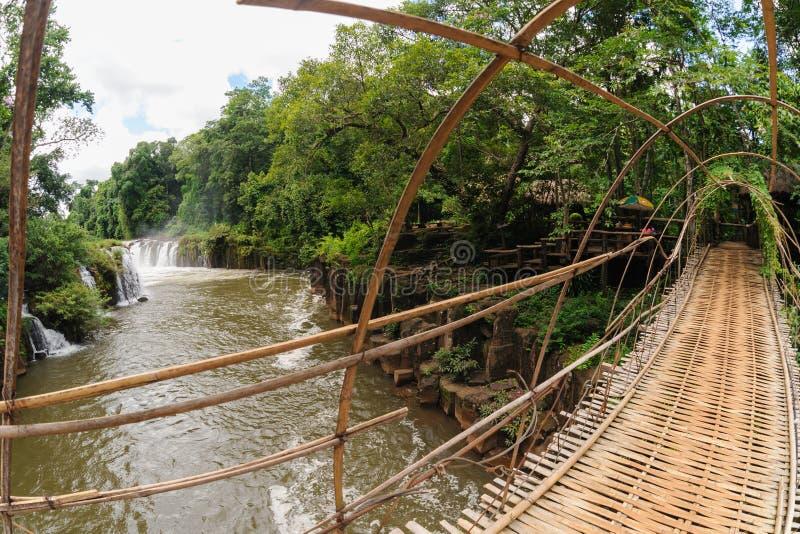 Bambusbrücke über dem Fluss in Tad Pha Souam Waterfall bei Paksa stockfotos