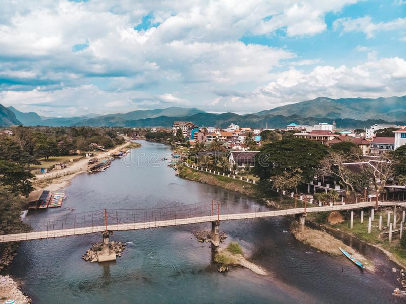 Bambusbr?cke ?ber Nam Song River an Dorf Vang Vieng, Laos Draufsicht der Stadt St?dtische Landschaft Sch?ne Beschaffenheit von As lizenzfreie stockbilder