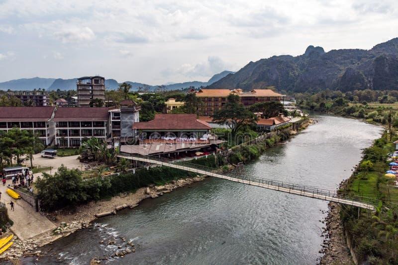 Bambusbr?cke ?ber Nam Song River an Dorf Vang Vieng, Laos Draufsicht der Stadt St?dtische Landschaft Sch?ne Beschaffenheit von As stockfotografie