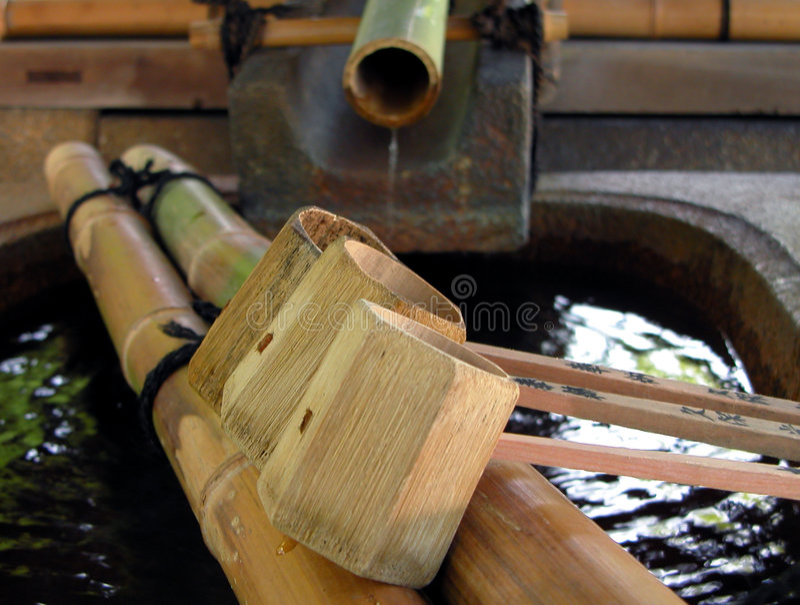 Bambusbrunnen mit Schöpflöffeln stockfoto