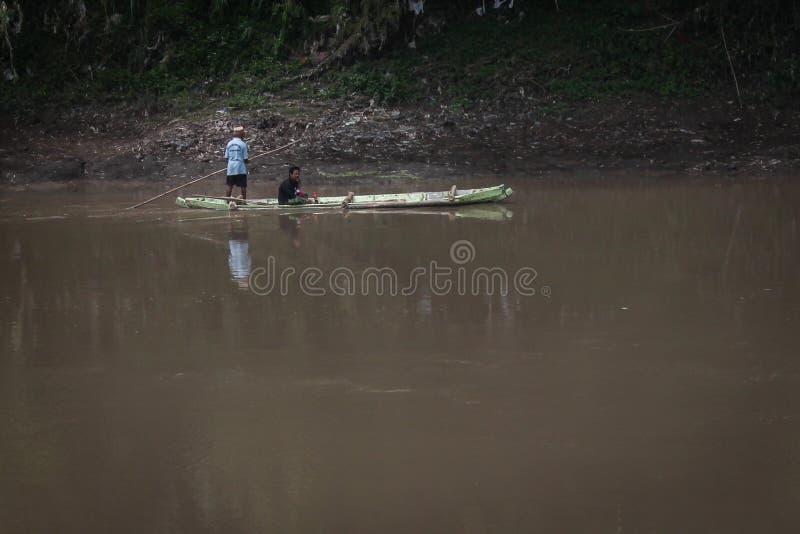Bambusfloss beim Bengawan Solo Fluss lizenzfreies stockfoto