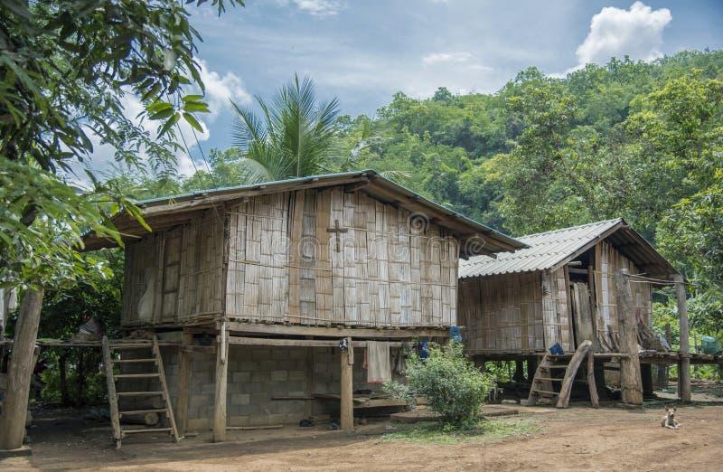 Bambushaus im Dschungel lizenzfreies stockfoto