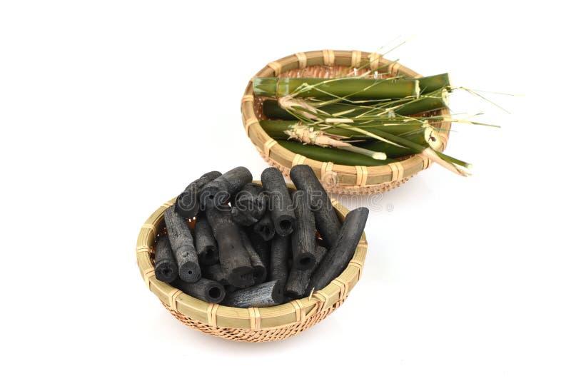 Bambusholzkohle brannte und Bambusfrisches im Korb stockbilder