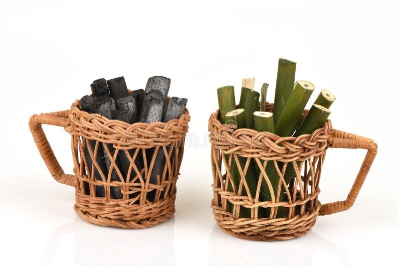 Bambusholzkohle brannte und Bambusfrisches im Korb lizenzfreie stockfotos