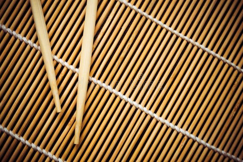 Bambusmatte und Essstäbchen für Sushi Ansicht von oben stockbild