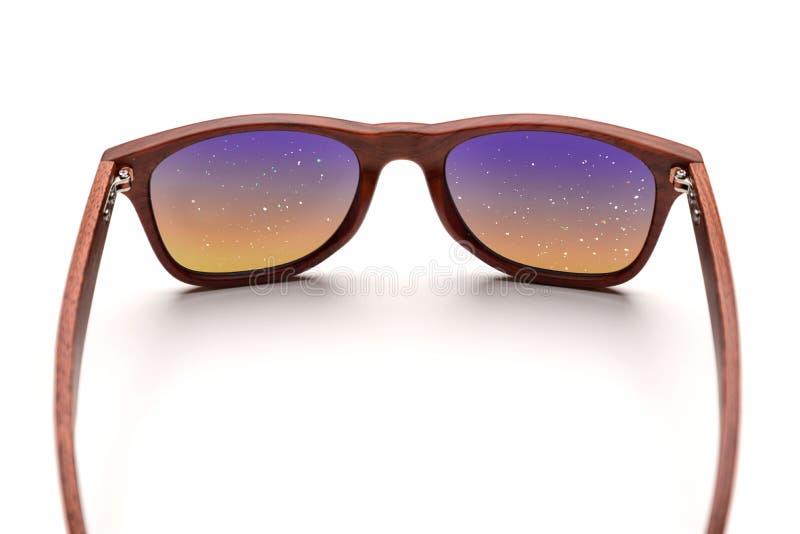 Bambusolglasögon som förbiser den stjärnklara himlen som isoleras på vit bakgrund En blick på världen och naturen arkivbild