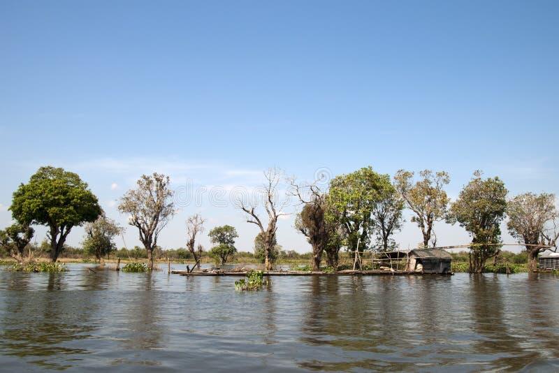 Bambusowa połów tratwa z wspornik budą i siecią obrazy stock