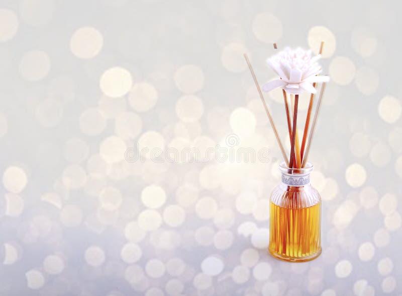 Bambusowe płochy w Nafcianej dyfuzor butelce z Białym kwiatem & Bokeh zdjęcie stock