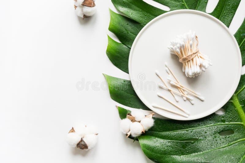 Bambusowe pałeczki uszne, naturalne kosmetyki organiczne, bawełna, bez tworzyw sztucznych Zero odpadów na pielęgnację ciała Zacho zdjęcie stock