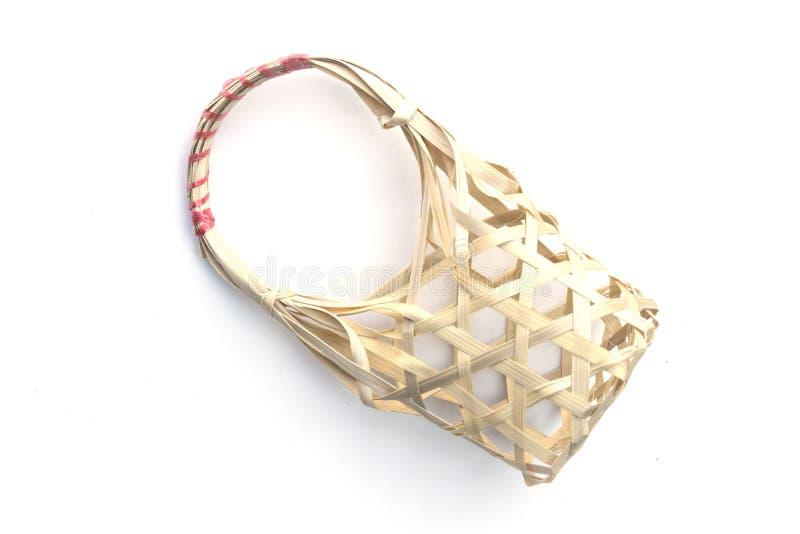 Bambusowy koszykowy ręcznie robiony odosobniony biały tło obraz stock