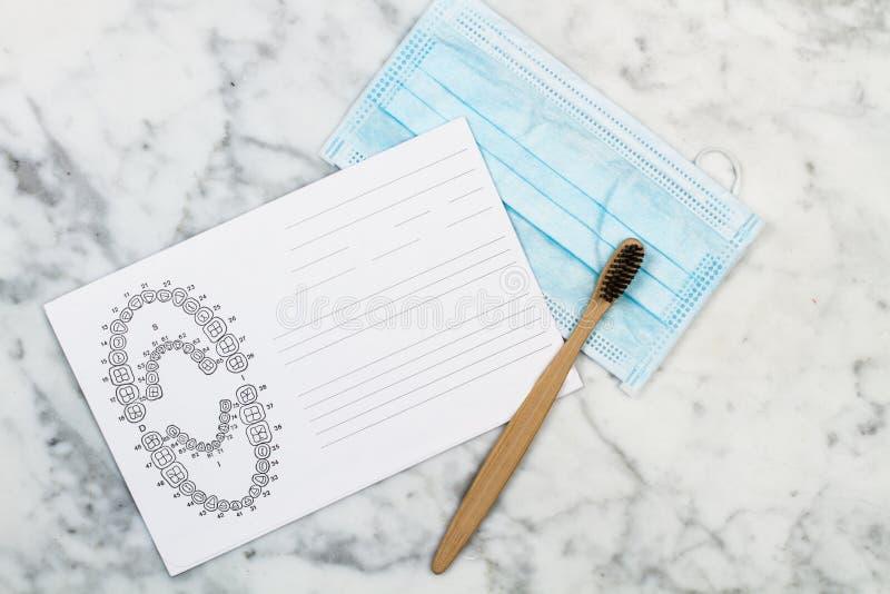 Bambusowy toothbrush i stomatologiczny zębu numerowanie sporządzamy mapę fotografia royalty free
