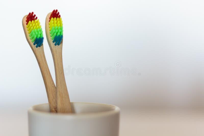 Bambusowy toothbrush z lgbt tęczy kolorami fotografia stock