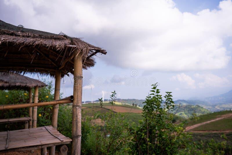 Bambuspavillon-, Strohdach- und Grasbl?tter von der R?ckseite sind Berge Sehr sch?ne gr?ne B?ume stockbild