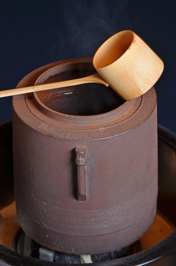 Bambusschöpflöffel und Kessel stockfotos