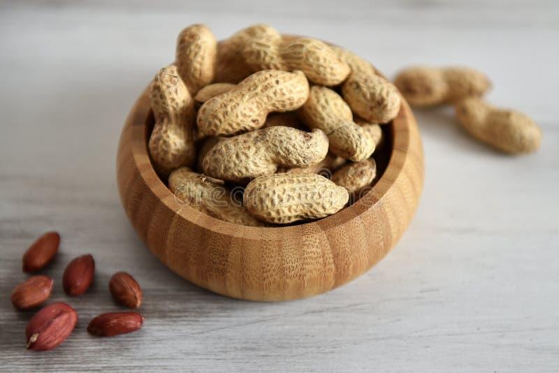 Bambusschüssel mit Erdnüssen stockbild