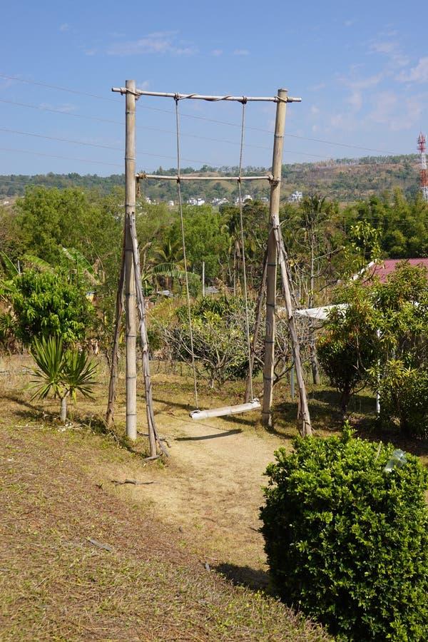 Bambusschwingen mit Berg- und Blauhimmelhintergrund Phetchabun, Thailand lizenzfreies stockfoto