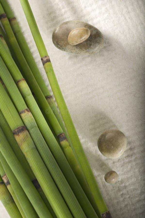 Bambussteuerknüppel und Zen-Steine lizenzfreies stockbild