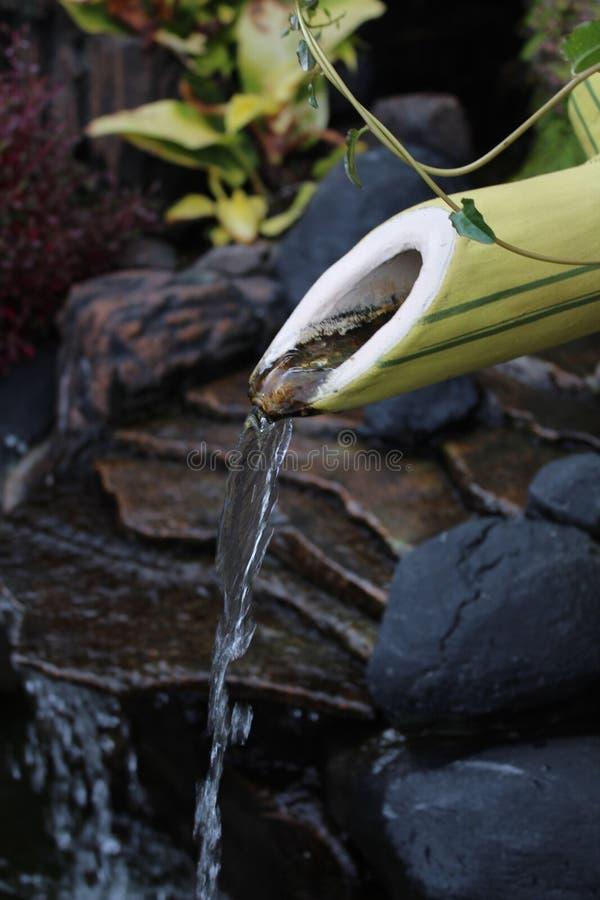 Bambuswasserbrunnen stockfotos