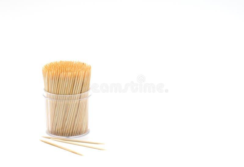 Bambuszahnstocher im runden Behälter lokalisiert lizenzfreie stockbilder