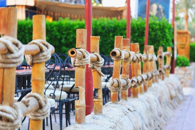 Bambuszaun gebunden mit Seil lizenzfreies stockbild