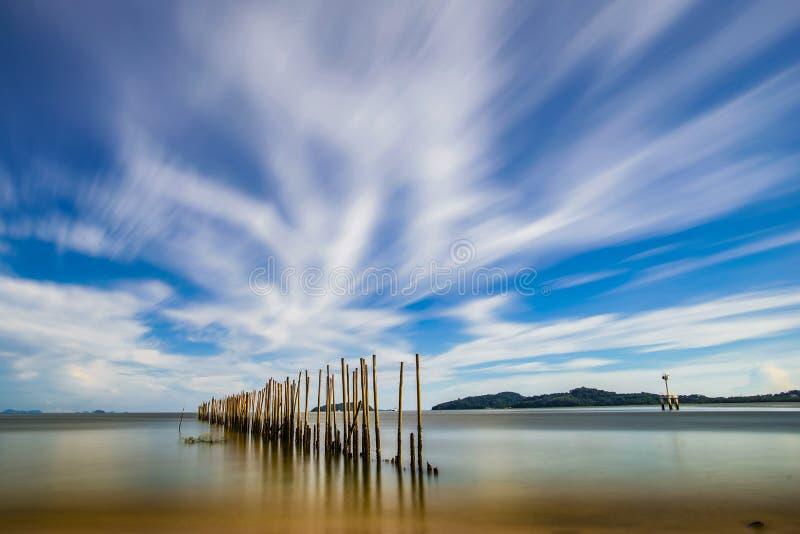 Bambuvägg i havet arkivfoto