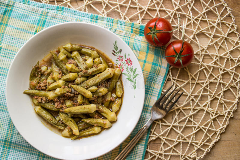 Bamya/秋葵/土耳其传统食物用肉末 免版税库存图片