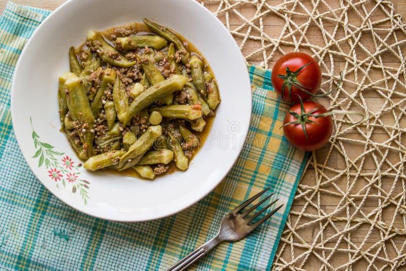 Bamya/秋葵/土耳其传统食物用肉末 免版税库存照片