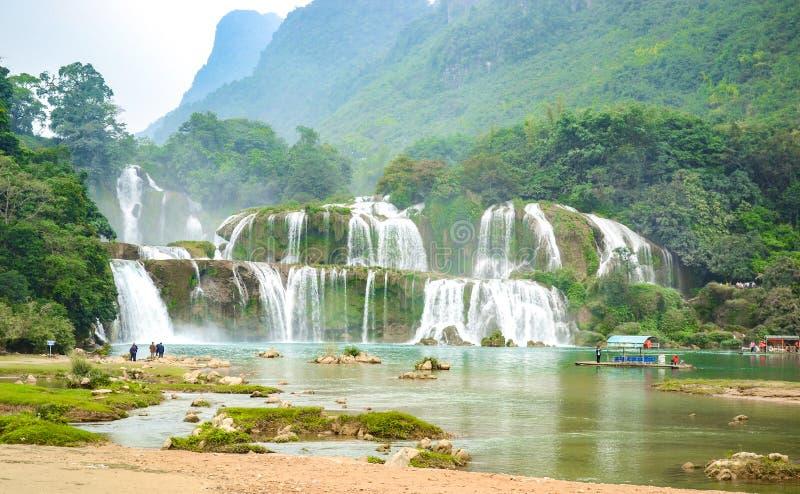 Ban Gioc Waterfall или Detian Falls, Vietnam& x27; водопад s самый знаменитый расположенный в границе Cao Bang около Китая стоковое изображение
