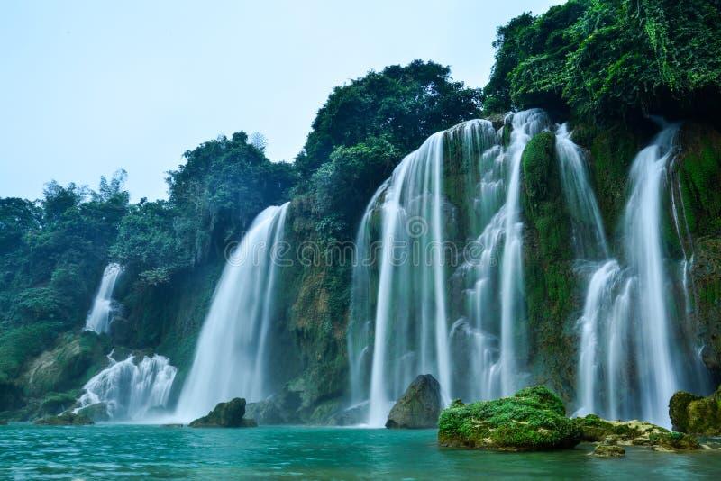 Ban Gioc Waterfall i Trung Khanh, Cao Bang, Vietnam royaltyfri foto