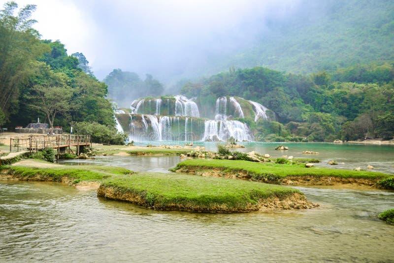 Ban Gioc Waterfall o Detian Falls, la cascada más conocida de Vietnam foto de archivo