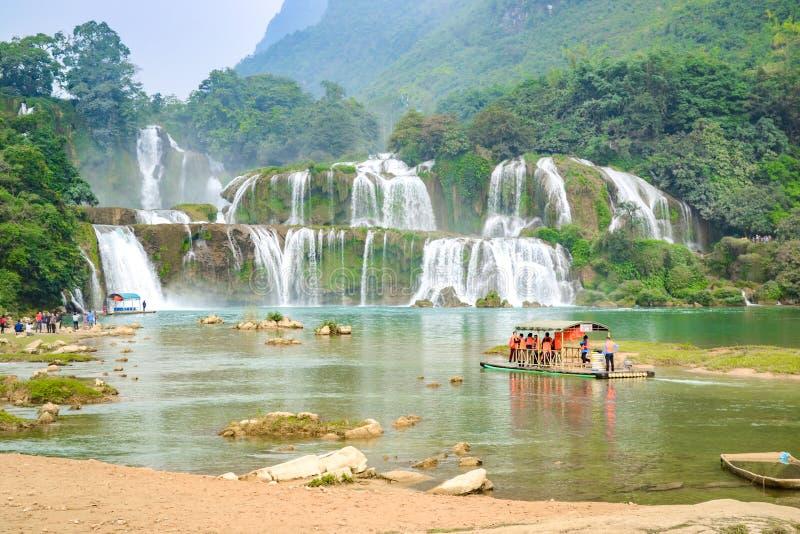 Ban Gioc Waterfall o Detian Falls, Vietnam& x27; la cascada más conocida de s situada en la frontera de Cao Bang cerca de China imagen de archivo