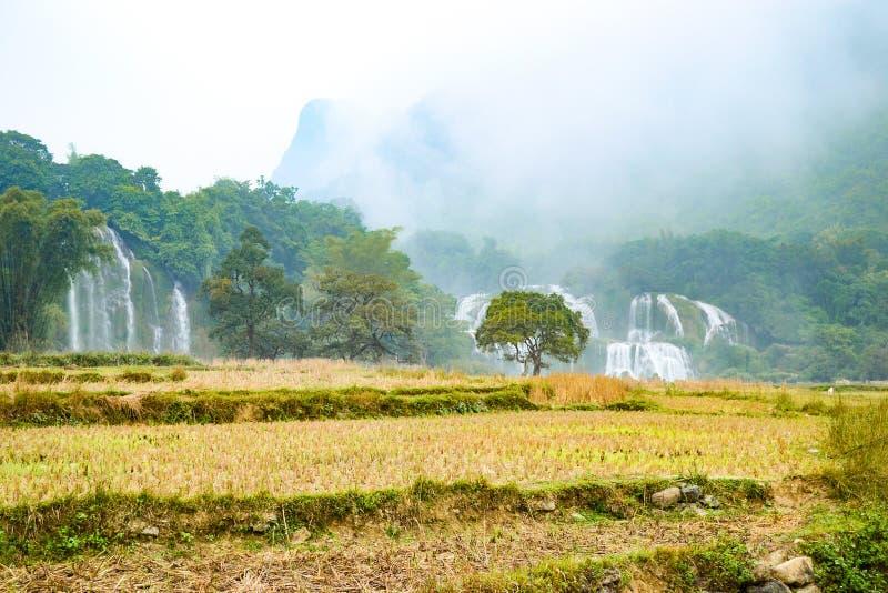 Ban Gioc Waterfall o Detian Falls, Vietnam' la cascada más conocida de s situada en la frontera de Cao Bang cerca de China fotos de archivo libres de regalías