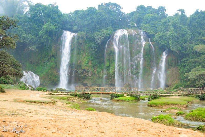 Ban Gioc Waterfall o Detian Falls, Vietnam' la cascada más conocida de s situada en la frontera de Cao Bang cerca de China foto de archivo