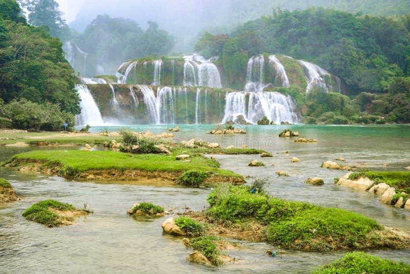 Ban Gioc Waterfall o Detian Falls, Vietnam' la cascada más conocida de s situada en la frontera de Cao Bang cerca de China foto de archivo libre de regalías