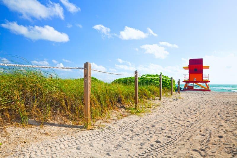Bana av sand som går till stranden och havet i Miami Beach Florida arkivbilder