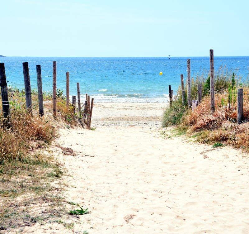 Bana för tillträde för strandsanddyn Strandbana arkivbild