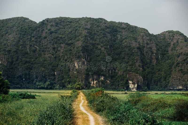 Bana hal lutning som lämnar en grusväg till berget på royaltyfri bild