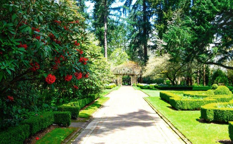Bana i en trädgård, Lakewood trädgård, wa royaltyfri fotografi