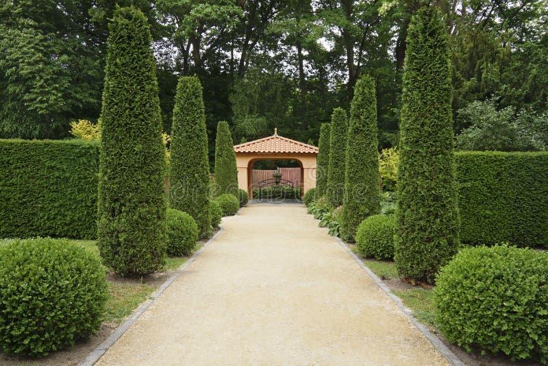 Bana i italiensk formell trädgård arkivbilder