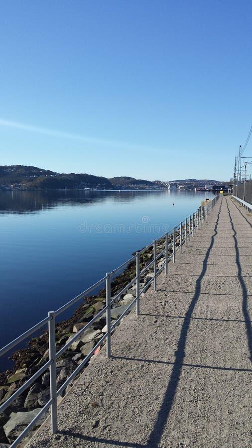 Bana längs Gangsfjord i Stavanger, Norge royaltyfri foto
