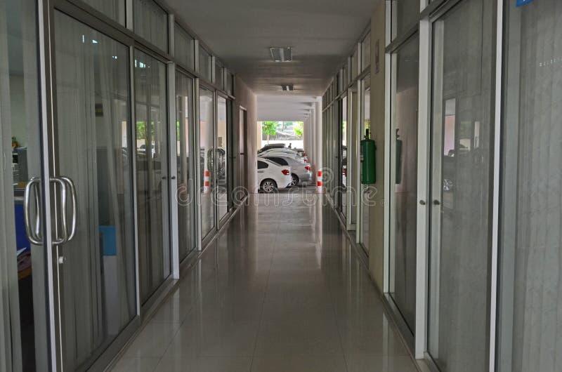 Bana mellan arbetsrum till parkeringsplatser av byggnaden fotografering för bildbyråer