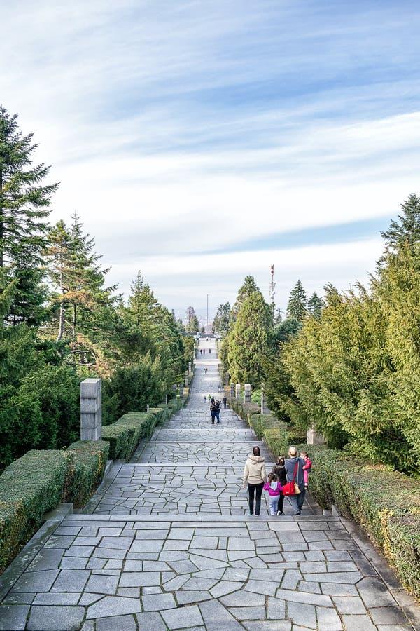 Bana ner mausoleet på det Avala berget arkivfoto