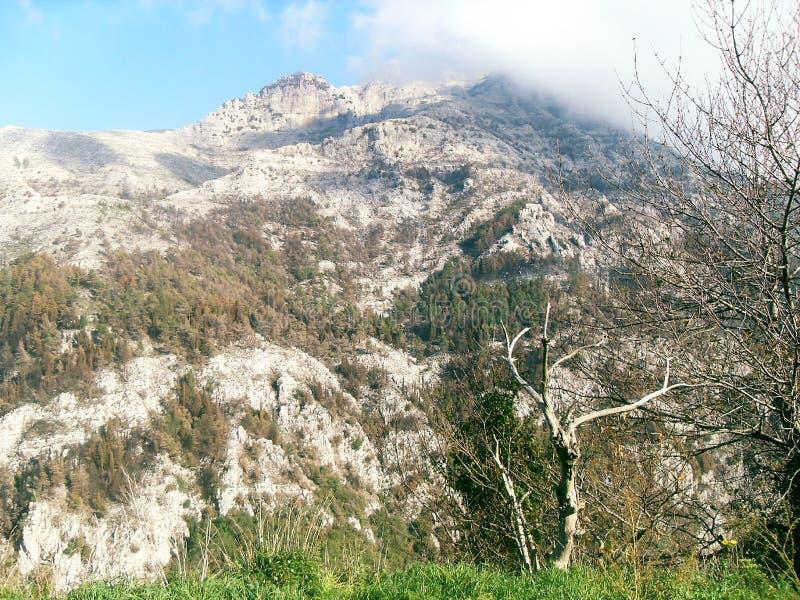 Bana och sikt av monteringen Faito i Italien arkivbild