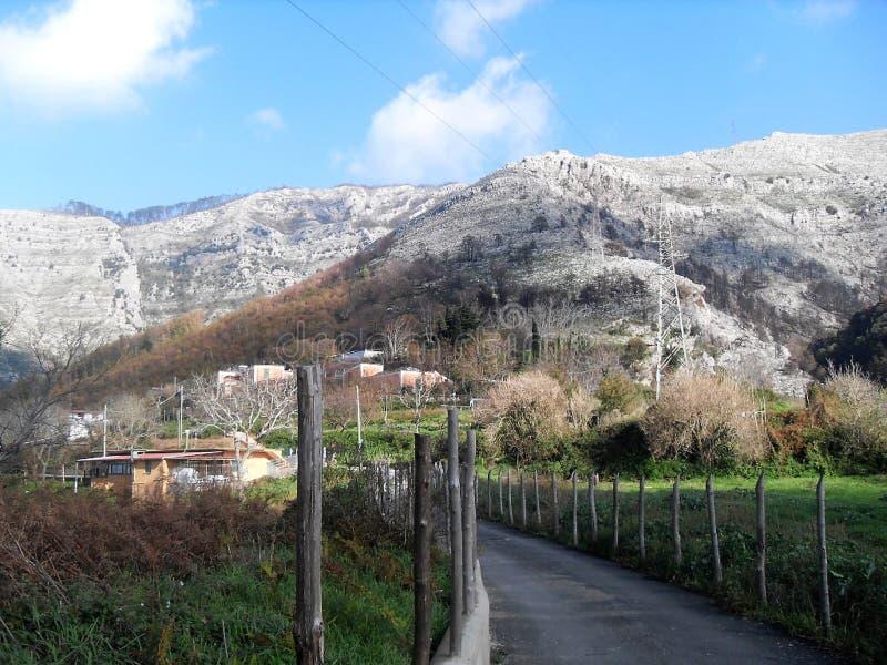 Bana och sikt av monteringen Faito i suden Italien arkivfoto