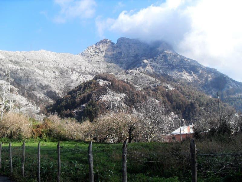 Bana och sikt av monteringen Faito i suden Italien royaltyfri bild
